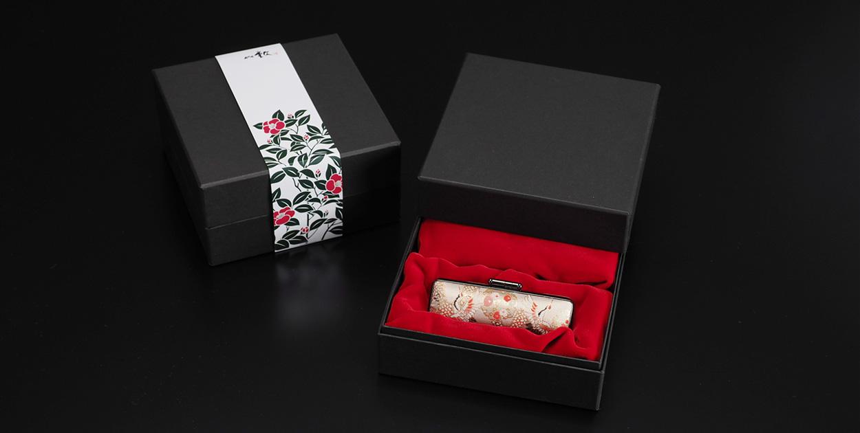 写真:椿モチーフの化粧箱と縁起物の千鶴・万亀の印鑑ケース
